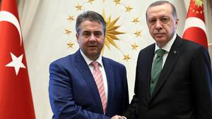 Recep Tayyip Erdogan und Sigmar Gabriel begrüßen sich per Handschlag im Mai in Anakara