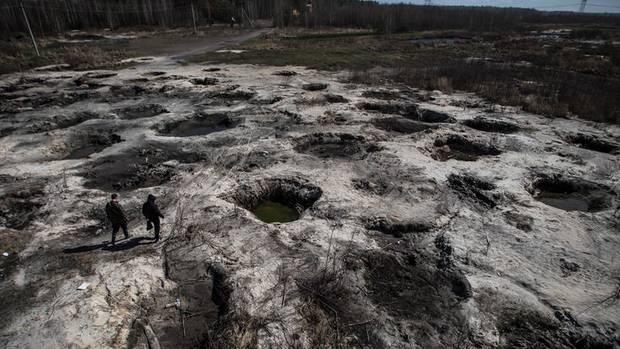 Wenn die Bernsteinsammler weiterziehen, bleiben Krater zurück. Um die Rekultivierung kümmert sich niemand. 1700 Hektar Wald gingen bereits verloren