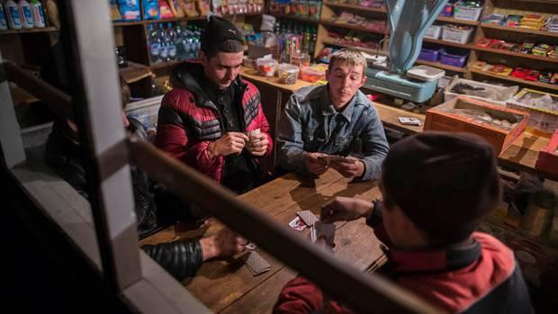 Ein Tante-Emma-Laden dient den Bernsteinsammlern als Treffpunkt und Kneipe. Neun von zehn Männern hier bauen Bernstein ab