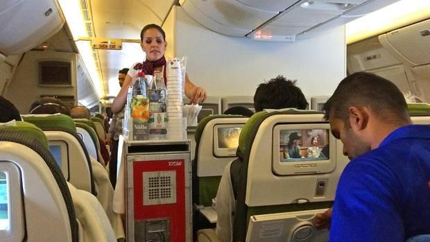 Stewardess bei der Arbeit