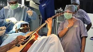 Durch Gitarrespielen konnten die Chirurgen die Hirnregion ausmachen, die den Krampf auslöste