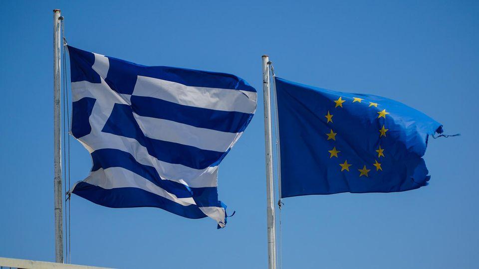 Flaggen Griechenlands und der EU