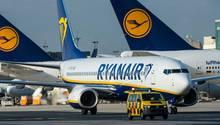 Ein Flugzeug von Ryanair am Flughafen in Frankfurt/M.