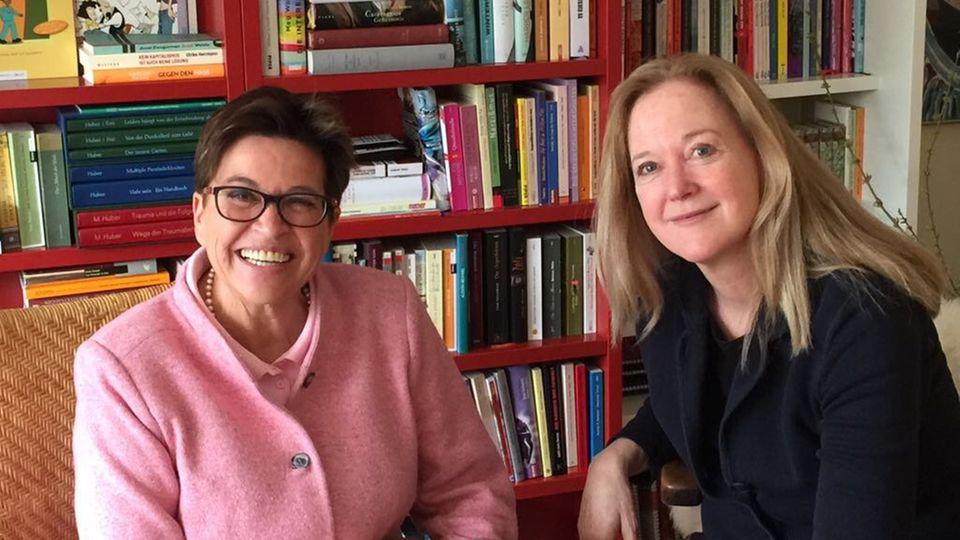 stern-Reporterin Nina Poelchau (rechts) im Gespräch mit Traumaexpertin Michaela Huber
