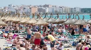 Am Strand von El Arenal auf der Ferieninsel Mallorca
