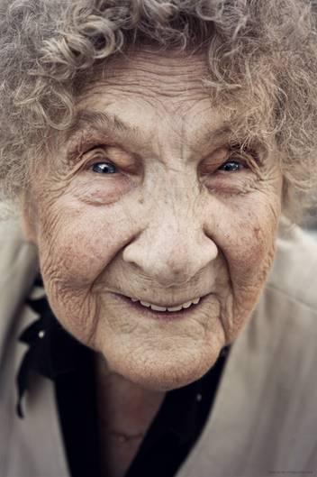"""""""Das Bild meiner liebsten Omi entstand an ihrem 94. Geburtstag. Es war ihr letzter Geburtstag und auch das letzte Mal, dass ich sie gesehen und in die Arme nehmen konnte. Sie hatte immer den Schalk im Nacken und war bis zum Schluss fit, wie kaum eine andere in ihrem Alter. Ich bin total glücklich, noch dieses schöne Bild von ihr gemacht haben zu können.""""      Mehr Fotos vonKaths_Fotografiein derVIEW Fotocommunity        Aktionen und Informationen aus der VIEW Fotocommunity aufFacebookoderTwitter"""