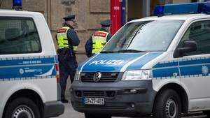 Nachrichten aus Deutschland: Polizeiautos und Sicherheitskräfte am Hauptbahnhof Dresden