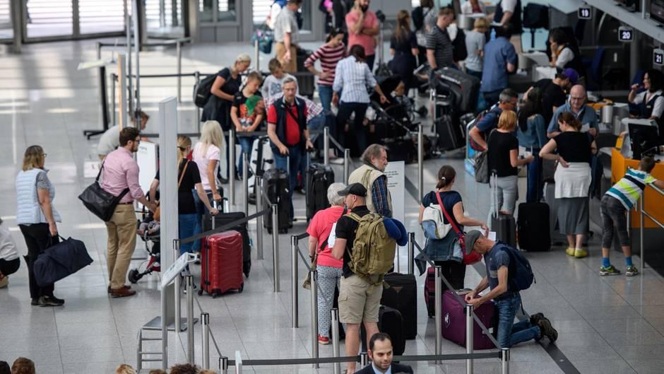 Reisende warten am Flughafen München