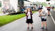 Zwei kleine Kinder essen ein Eis.