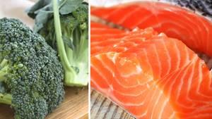 Wer viel frisches Gemüse isst, fühlt sich zufriedener. Lachs enthält wertvolle Omega-3-Fettsäuren.
