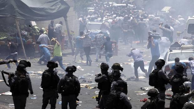 Tempelberg-Krise: Mit Tränengas gehen israelische Soldaten gegen palästinensiche Demonstranten vor