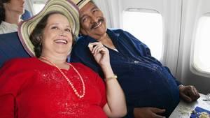 Ein Paar von übergewichtigen Passagieren sitzen im Flugzeug