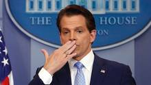 Trumps neuer Kommunikationschef Anthony Scaramucci hält sich im Weißen Haus die rechte Hand vor den Mund