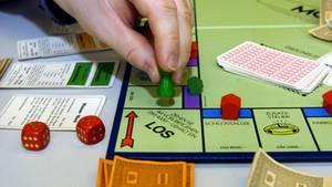 Nachrichten aus Deutschland: Ein Mann spielt Monopoly