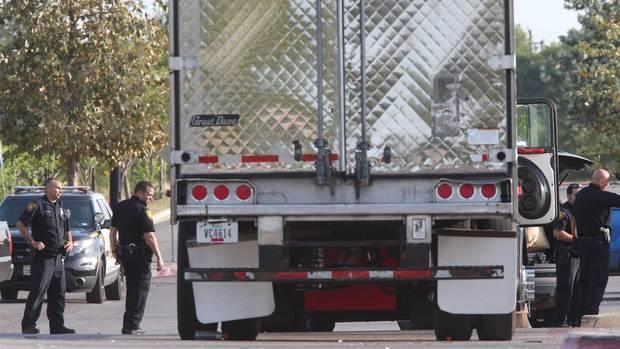 Texas: Im Laderaum dieses Lastwagens wurden acht Tote gefunden. Ein weiterer Toter wurde im nahen Waldstück gefunden.