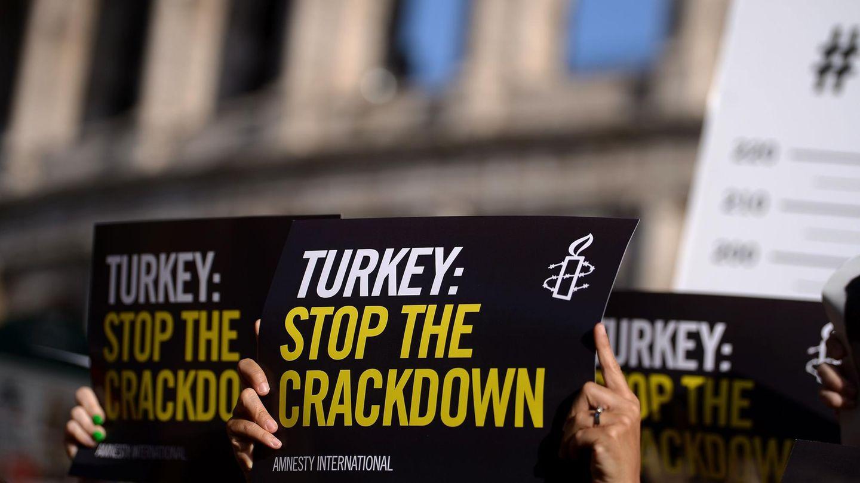 Türkei: Aktivisten von Amnesty International protestieren gegen die Verhaftung Peter Steudtners und anderer Aktivisten