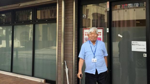 """Demenz-Patient Motomichi Tomioka steht vor der Tagesbetreuungsstätte """"Las Vegas"""" in Yokohama, Japan."""