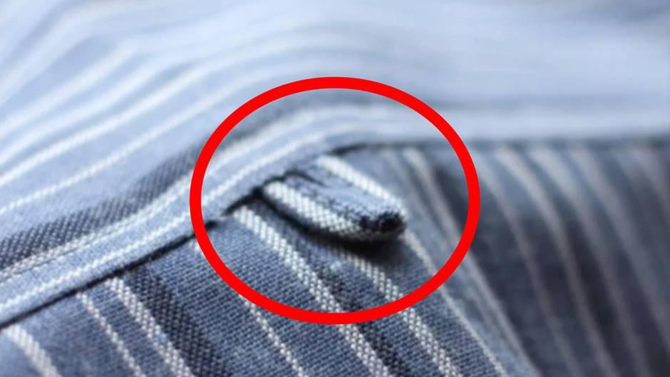 Ein Hemd von hinten. Ein roter Kreis umringt die Lasche am Hemdrücken.