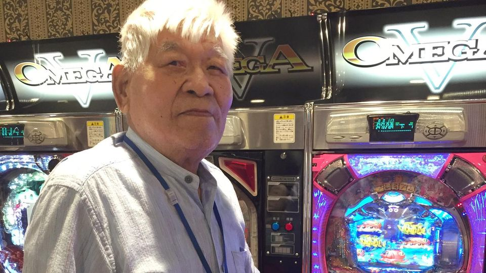 """Demenz-Patient Motomichi Tomioka steht vor einem Spielautomaten in der Tagesbetreuungsstätte """"Las Vegas"""" in Yokohama, Japan."""