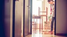 Putzfrau bei der Arbeit: So viel verdient eine Reinigungskraft