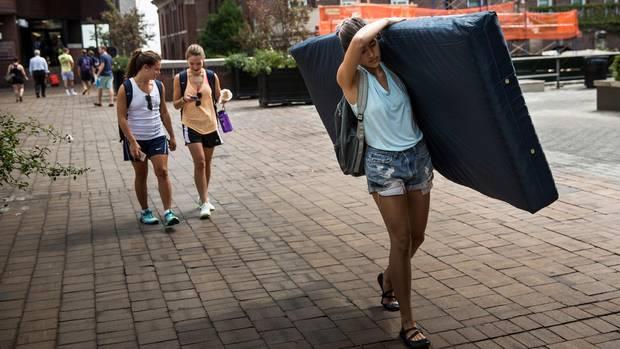 Emma Sulkowicz schleppt ihre Matratze über den Campus der Columbia um auf ihre mutmaßliche Vergewaltigung aufmerksam zu machen.