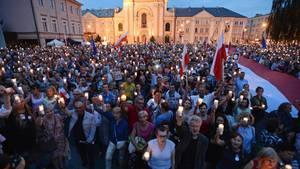 Menschen demonstrieren mit Lichtern gegen die geplante Justizreform in Polen