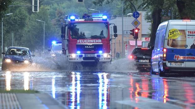 Wetter: Rettungskräfte kämpfen mit Regenmassen