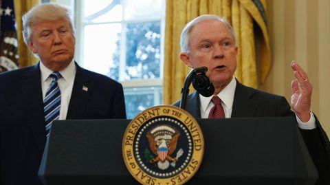 Donald Trump und Jeff Sessions bei dessen Vereidigung - Der Justizminister hat keinen Rückhalt mehr vom Präsidenten