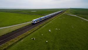 Eigentlich ist der Hindenburgdamm von Hamburg nach Westerland auf Sylt für die Nord-Ostsee-Bahn vorgesehen
