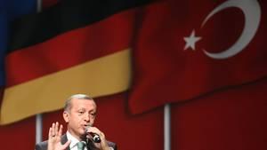 Recep Tayyip Erdogan von den Flaggen der Türkei und Deutschlands - Viele Deutsche sehen Türkei auf Weg in die Diktatur