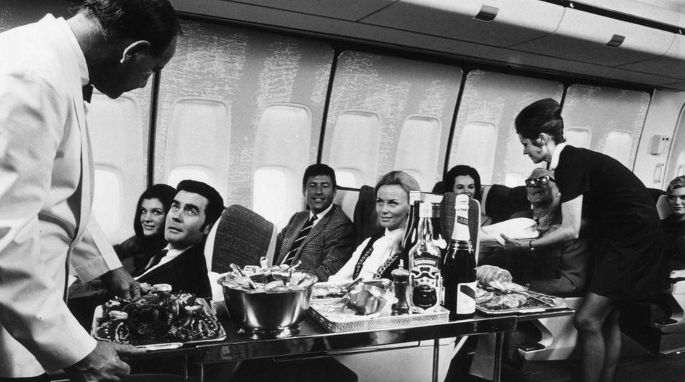 Bild 1 von 14der Fotostrecke zum Klicken:Kein Essen im Plastikschälchen oder ein Snack gegen Bargeld: Im vorderen Teil der Boeing 747 wird jeder Gang des Bordmenüs nach den Wünschen des Passagiers individuell zusammengestellt.