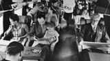 Lunch-Service im Jahre 1960 an Bord einer Vickers Viscount der BEA. Als erstes Verkehrsflugzeug mit Turboprop-Antrieb war es wegen der ruhigen Flugeigenschaften bei Passagieren besonders beliebt.
