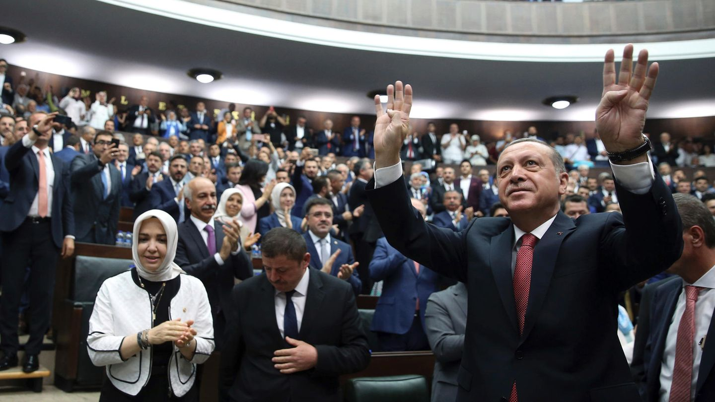 Türkei: Recep Tayyip Erdogan begrüßt Anhänger im Parlament
