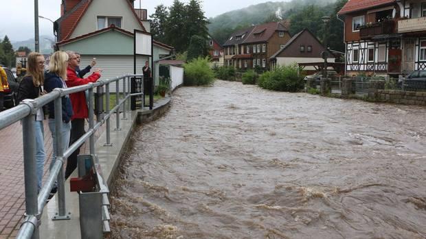 Regen in Deutschland: Überall steigen die Pegel - Hier Schaulustige in Werningerode im Harz