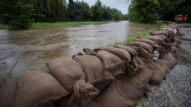 Regenflut in Deutschland: Sandsäcke bilden Barriere entlang der Innerste in Hildesheim