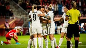 Die deutsche Auswahl des Frauenfußballs jubelt über das 2:0 gegen Russland