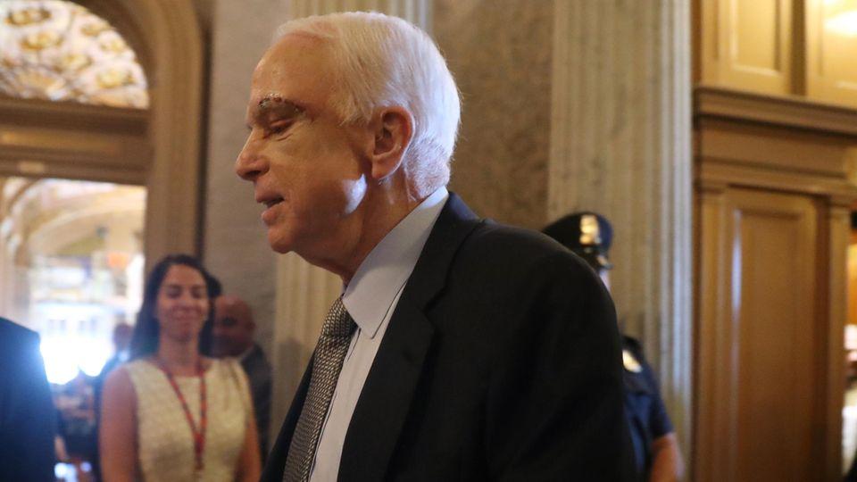 John McCain zeigt die Spuren seiner OP: Der Senator leidet an Krebs