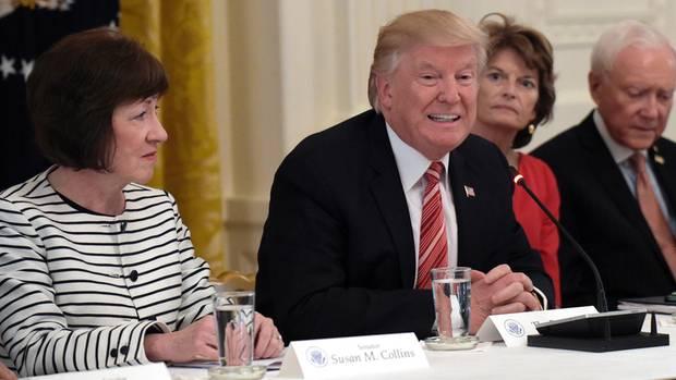 Die Senatorin Susan Collins an der Seite von Donald Trump