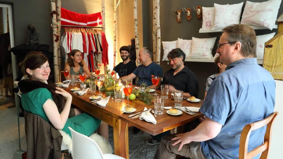 Fremde Leute Aus Aller Welt An Einem Esstisch   Das Ist Die Idee Von  EatWith.