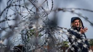 Ein Flüchtling steht an der Grenze zu Ungarn