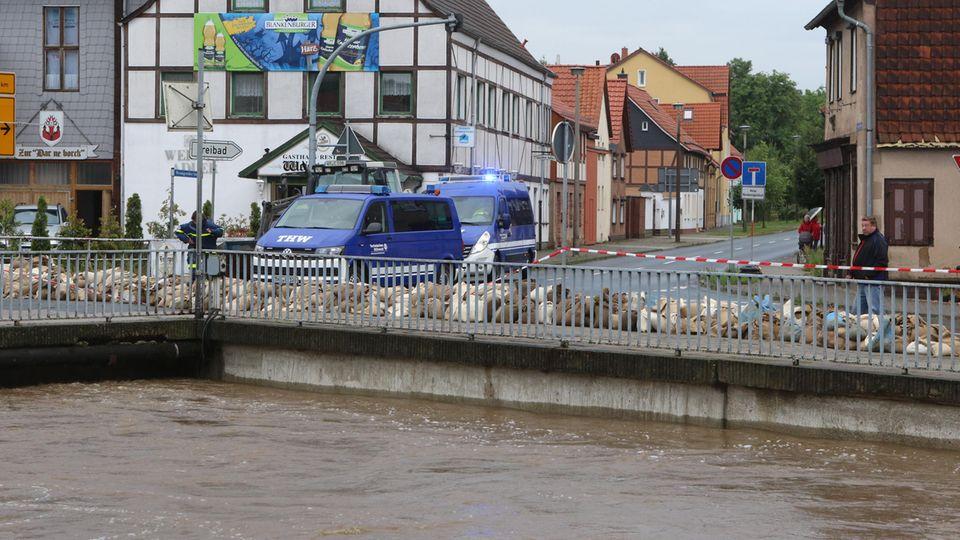 Helfer des Technischen Hilfswerks sind in Derenburg (Sachsen-Anhalt) am Fluss Holtemme im Einsatz