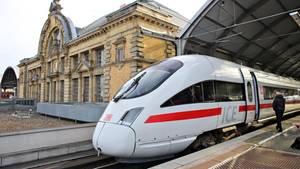 Ein ICE der Deutschen Bahn verlässt den Hauptbahnhof in Halle/Saale