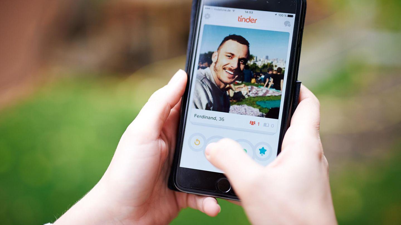 """Die Dating-App """"Tinder"""" auf einem iPhone Display"""