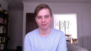 Austen Hartke, ein Mann mit weichen Gesichtszügen und dunkelblondem Seitenscheitel, lächelt.