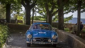 Adrian Gattiker und sein Mercedes 300 SL bayrisch-blau