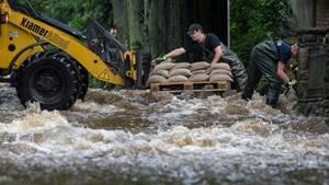 Wie hier in Holzminden kämpfen Helfer in Teilen Niedersachsens und Sachsen-Anhalts gegen die Wassermassen