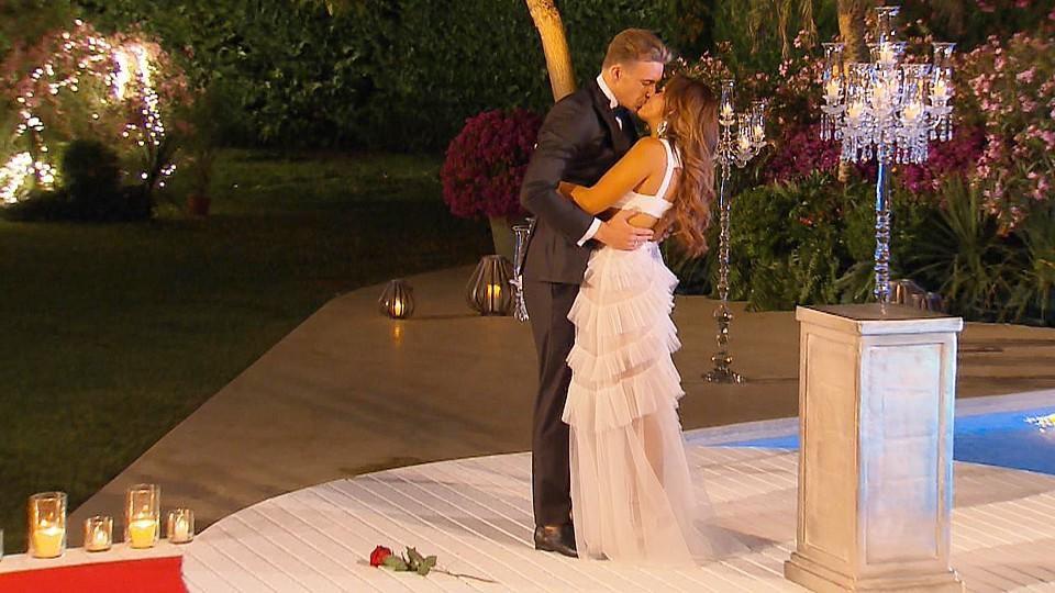 """Jessica und David küssen sich im """"Bachelorette""""-Finale."""