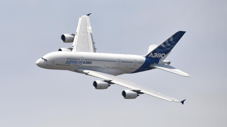 Ein Airbus A380 fliegt in der Luft
