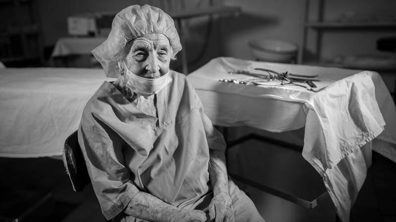 Alla Ljowuschkina: 90-jährige Chirurgin operiert immer noch