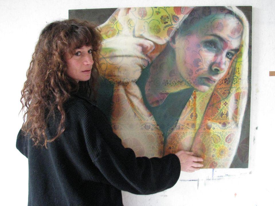 Als Leinwand benutzt Julia Wegat alte Dekorstoffe, die den Bildern eine zweite Ebene verleihen